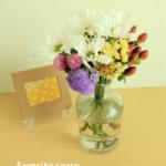 ブルーミーライフのスプレーマムをブルーミーライフで購入した花瓶に生けた画像
