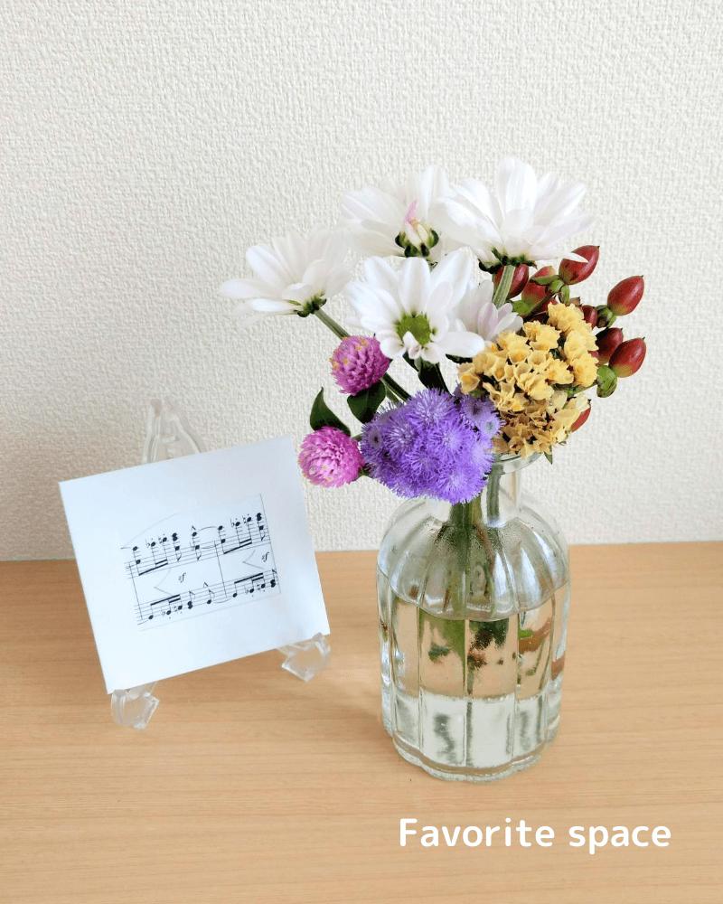 ダイソーのガラスの花瓶にスプレーマムを飾った画像