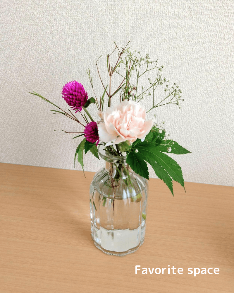 ダイソーの花瓶に生けた到着後6日後のカーネーションの画像
