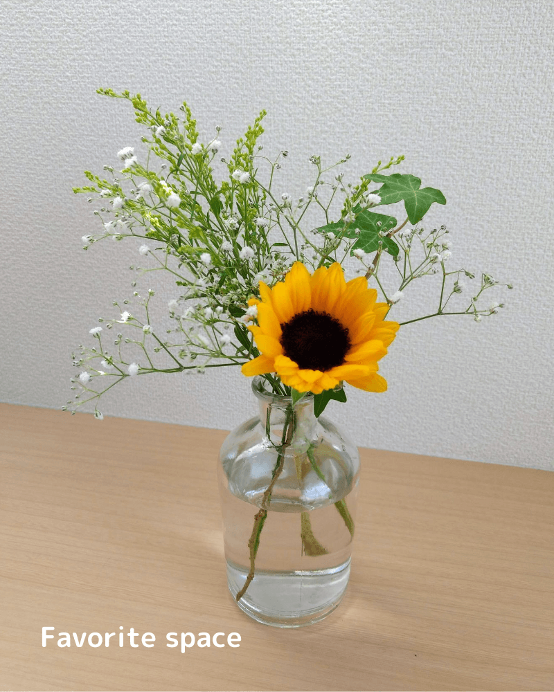 ブルーミーライフから届いたひまわりとかすみ草などの花を飾った画像