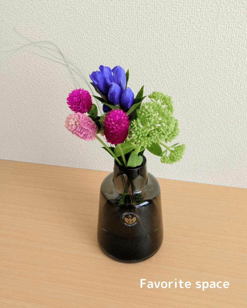 ブルーミーライフから届いたりんどうをホルムガードの花瓶にいけた画像