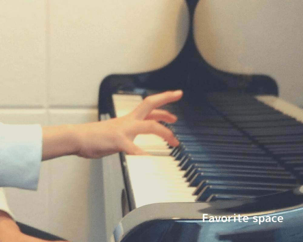自閉症の息子がピアノを弾く手の画像