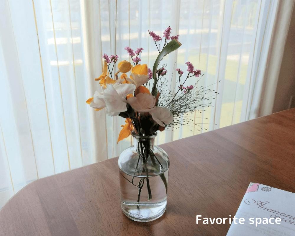 ブルーミーライフから届いたモカラを窓際のテーブルに置いた画像