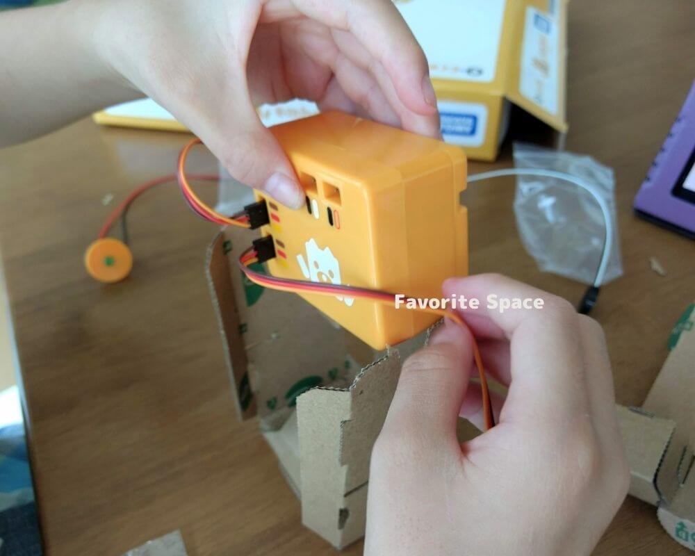 エムボットを組み立てている画像
