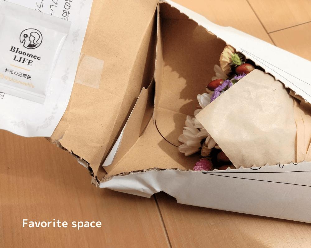 ブルーミーライフの箱がひしゃげているが、中のお花は無事の画像