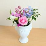 ダイソーの白い花瓶にバラなどを飾った画像