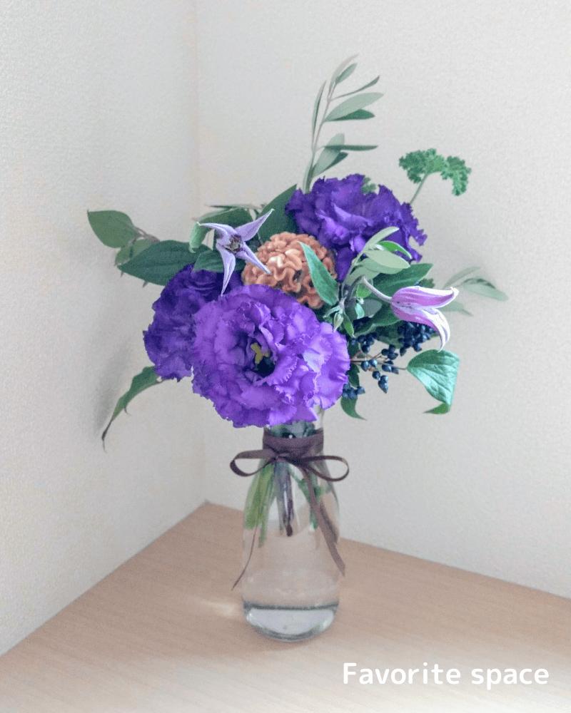 ダイソーのカラフェを花瓶として使用している画像