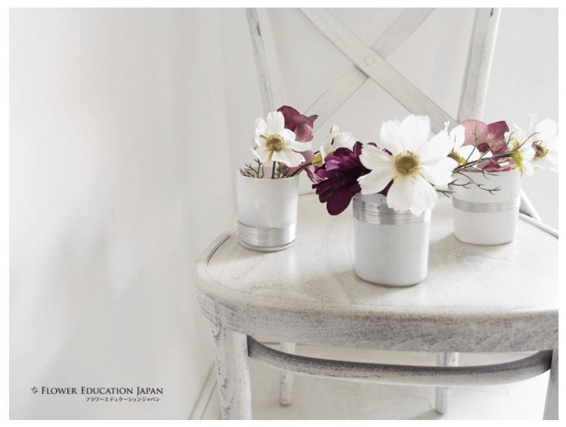 100均のコップにシルバーを巻いて花瓶にアレンジデコレーションした画像