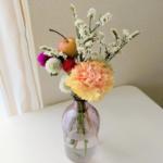 セリアのグラデーションピンクの花瓶にカーネーションなどを飾った画像