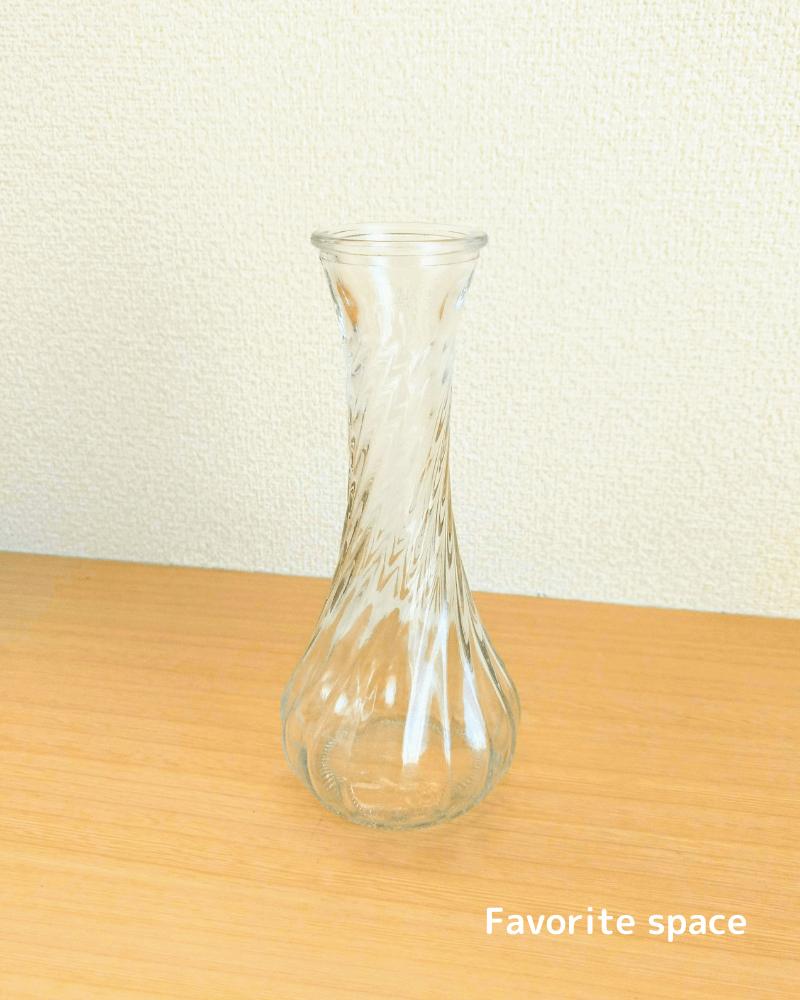 セリアのすらっとしたガラスの花瓶