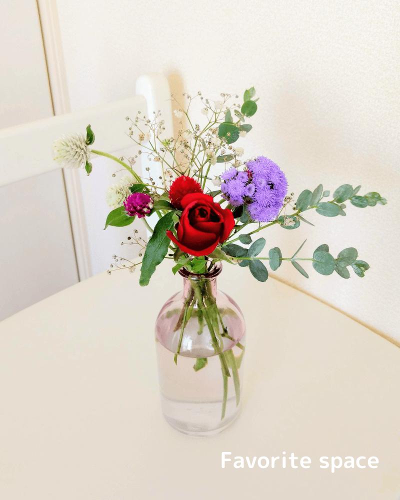 セリアの100均の花瓶にバラなどの花を飾った画像