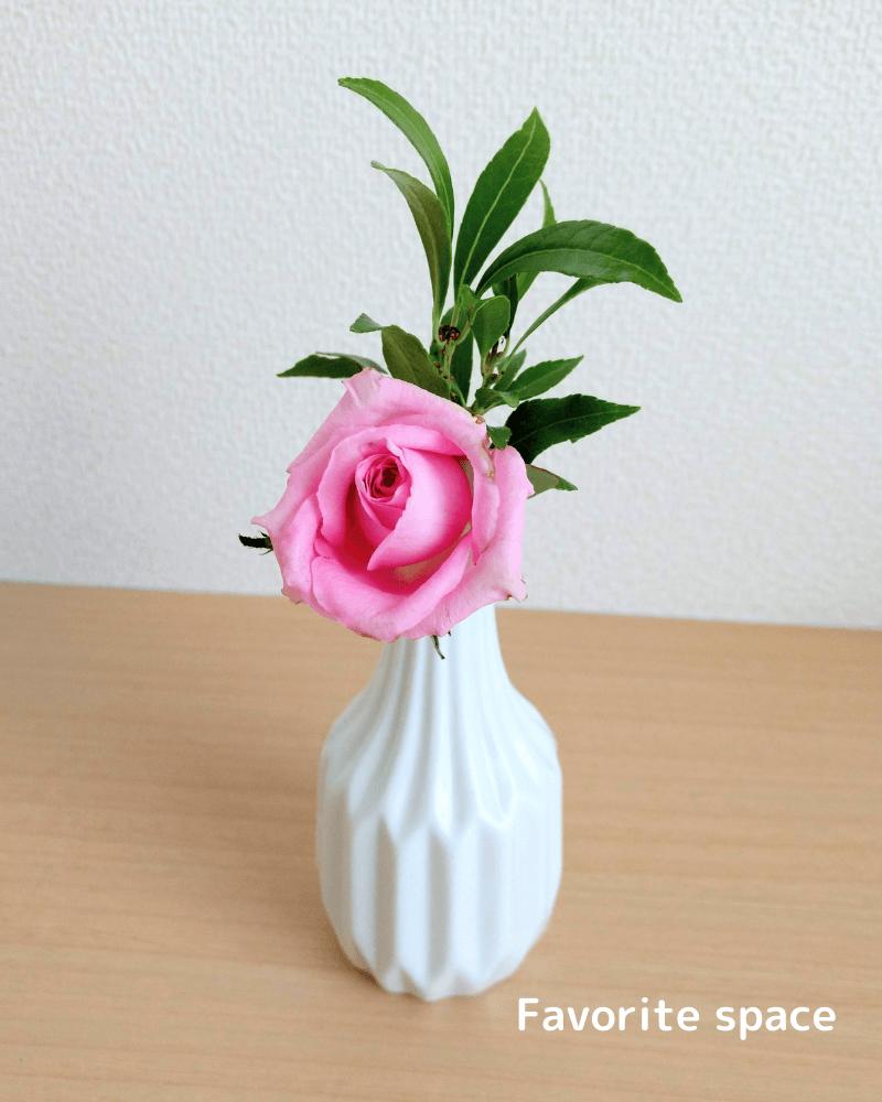 ダイソーの北欧風な花瓶にバラを飾った画像