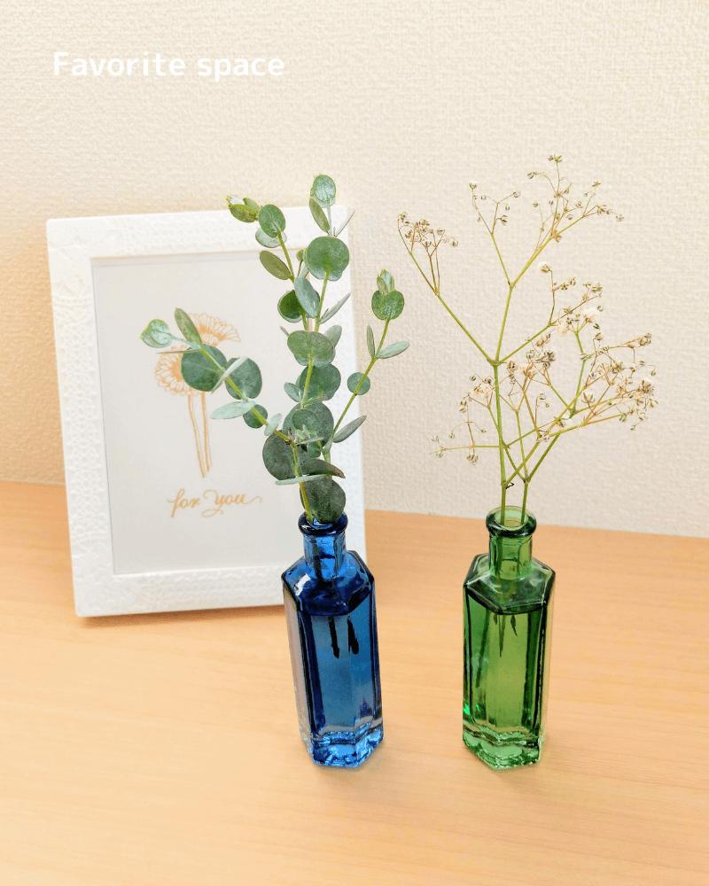セリアの青と緑色の一輪挿しにユーカリとカスミソウを飾った画像
