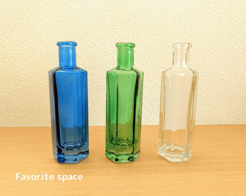 セリアの青、緑、透明の色の細い花瓶の画像