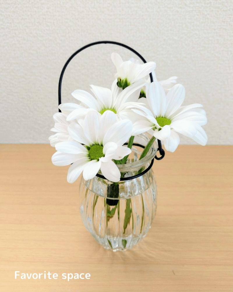 セリアのワイヤー付き花瓶にスプレーマムを飾った画像