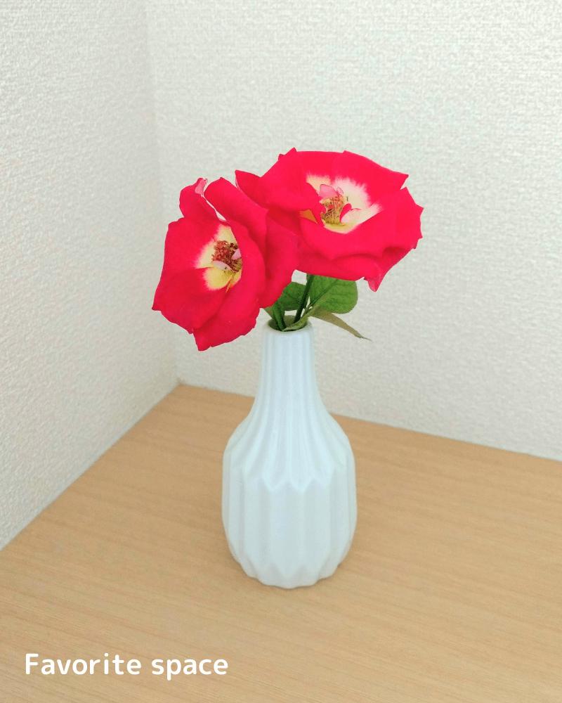 赤いバラを効果的に飾った画像