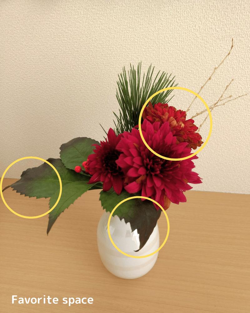 ひとはなの定期便の花を白い花瓶に生けた画像