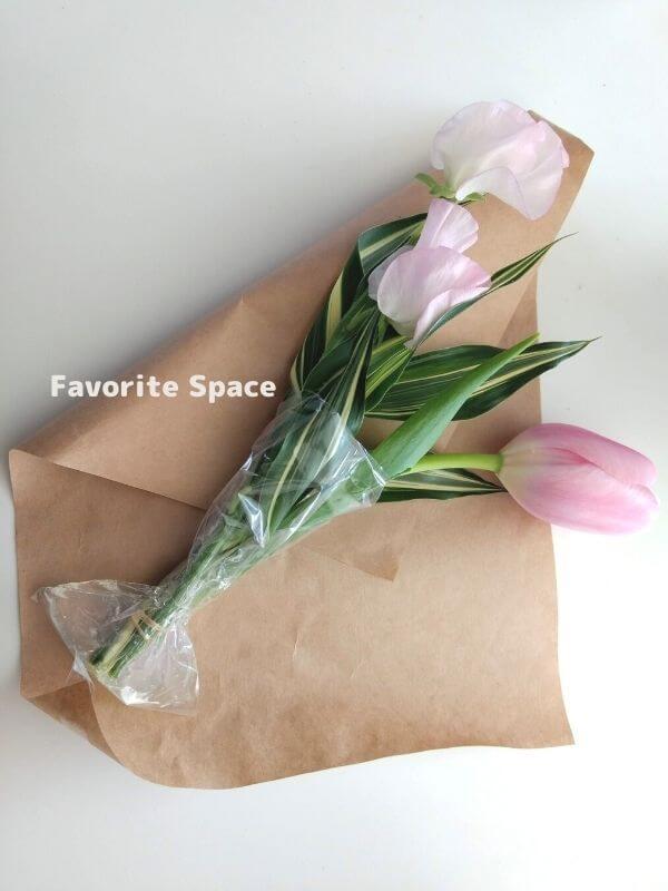 ライフルフラワーの定期便の花を、パッケージから取り出した画像