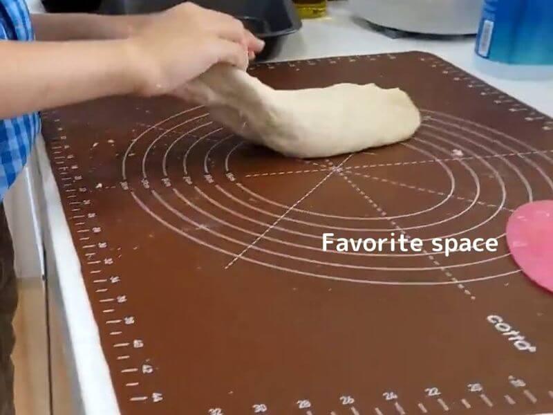 コッタのちぎりパンキットでパンをこねている画像
